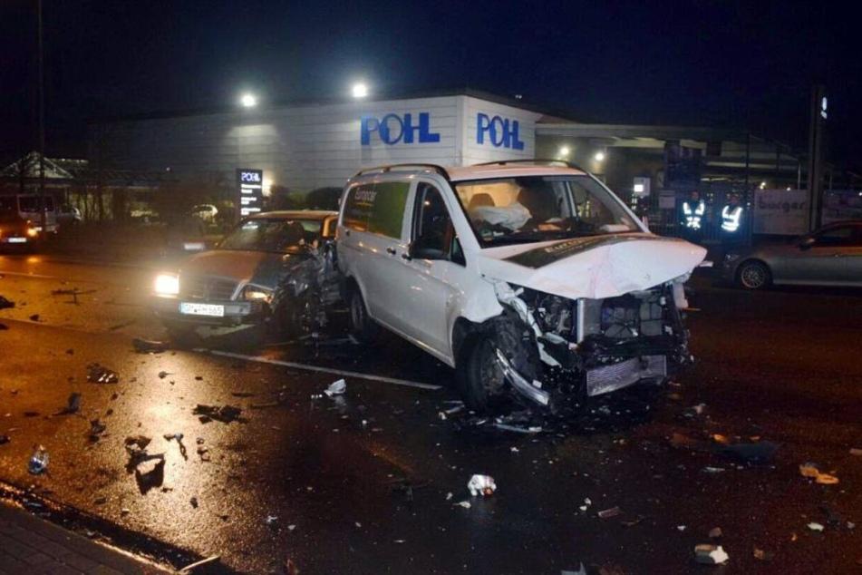 Ein Transporter ist nur noch Schrott, ein Mercedes wurde ebenfalls beschädigt.