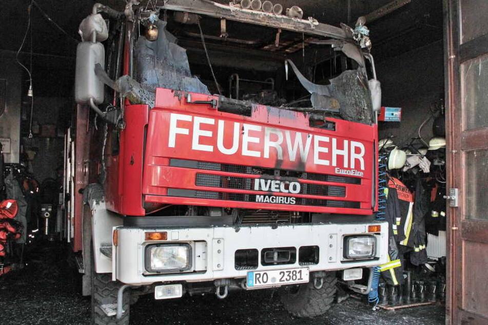 Das Löschfahrzeug war in Brand geraten und hatte das Feuerwehrhaus in Rinderig mit angesteckt.