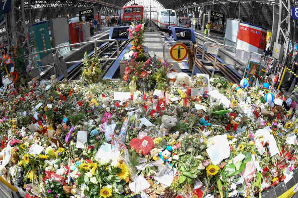 Eine Woche nach dem tödlichen Stoß eines Achtjährigen im Frankfurter Hauptbahnhof ist der Bereich zwischen Gleis 7 und 8 mit Blumen übersät.