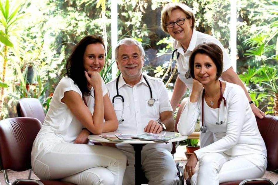 25 Jahre lang leitete das Ehepaar Kuttner (Mi.) die Hausarztpraxis in Zittau. Jetzt haben die jungen Ärztinnen aus Tschechien Katerina Horn (37) und Dominika Karásková (33) die Praxis an der Dornspachstraße übernommen.