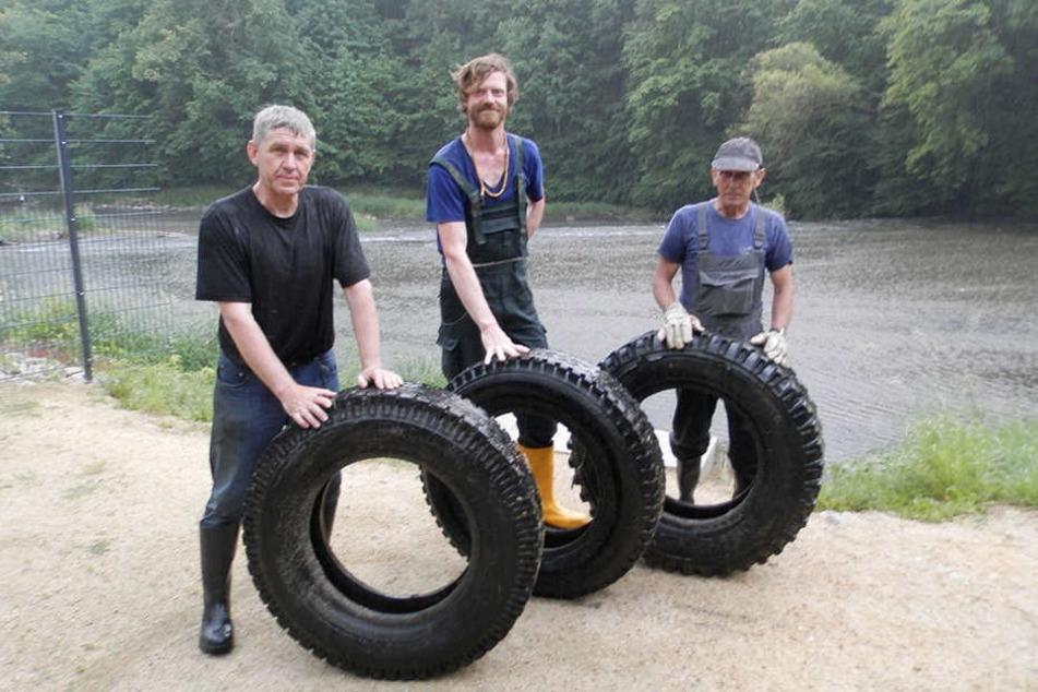 Nur drei von 83 Reifen, die Helfer aus der Neiße zogen.