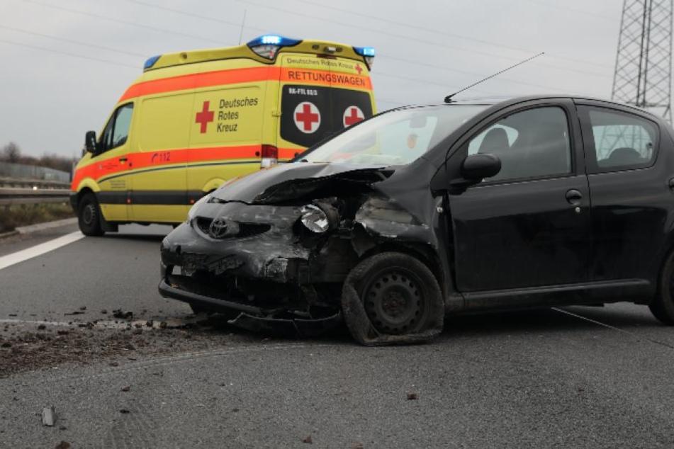 Die Front des Toyota wurde durch den Aufprall zertrümmert.