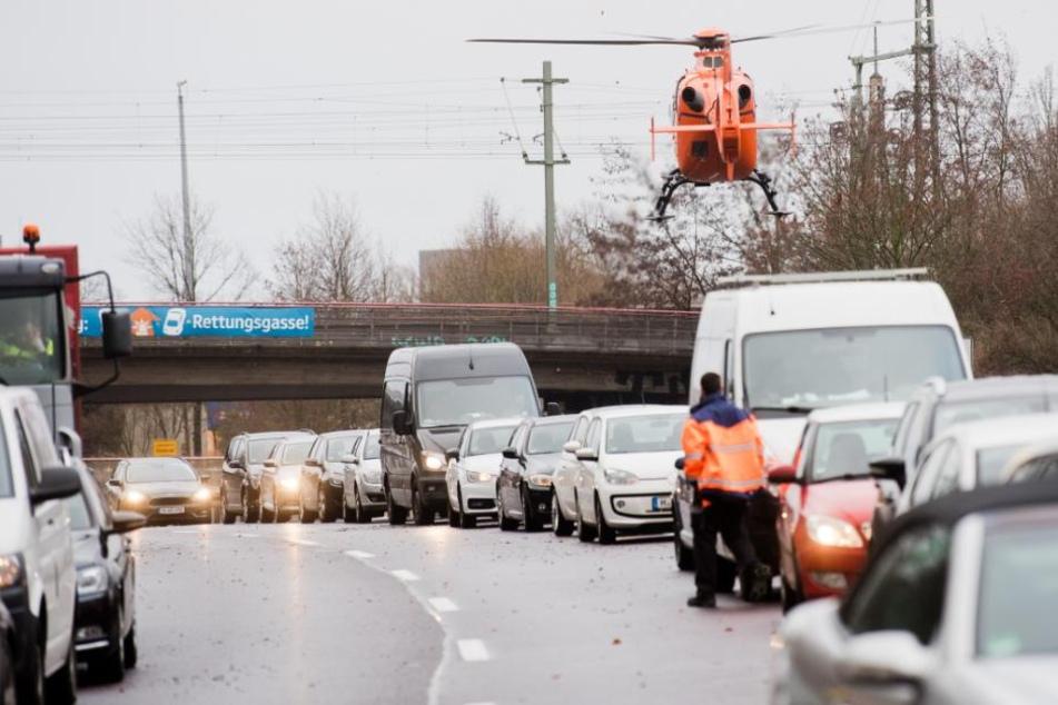 Autos stehen nach einem Unfall auf dem Messeschnellweg im Stau.