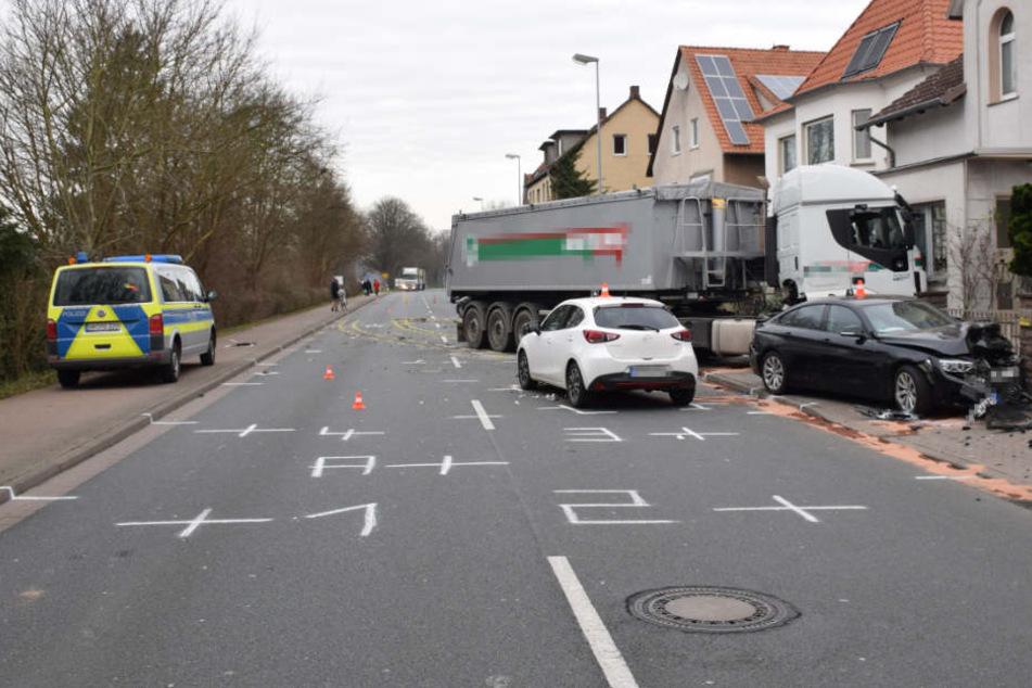 Der Lkw hinterließ ein Bild der Verwüstung.