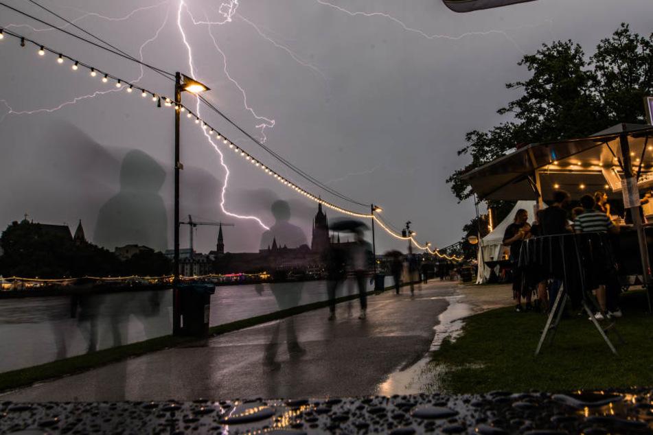 Ein Blitzeinschlag verletzte in Frankreich jetzt 15 Menschen. (Symbolbild)