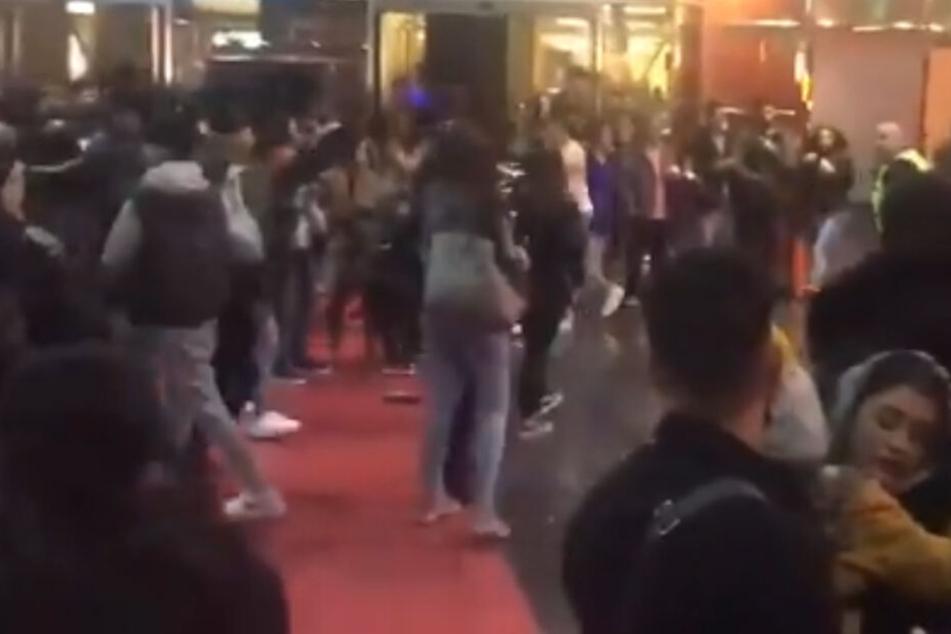 Bande mit Macheten stürmt Kino, dann folgt Massenschlägerei