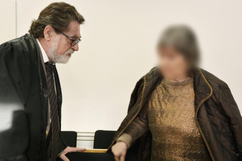 Die 72-jährige Angeklagte betritt am 22.Oktober 2019 mit ihrem Anwalt Matthias Seipel den Gerichtssaal in Hanau.