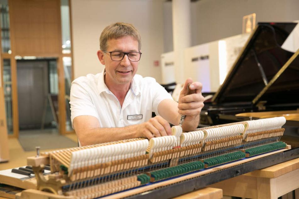 Klavierbaumeister Bert Kirsten (51) stimmt einen Flügel.