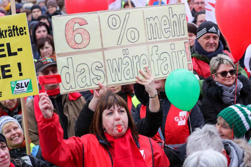Die Gewerkschaften fordern sechs Prozent mehr Lohn. (Symbolbild)