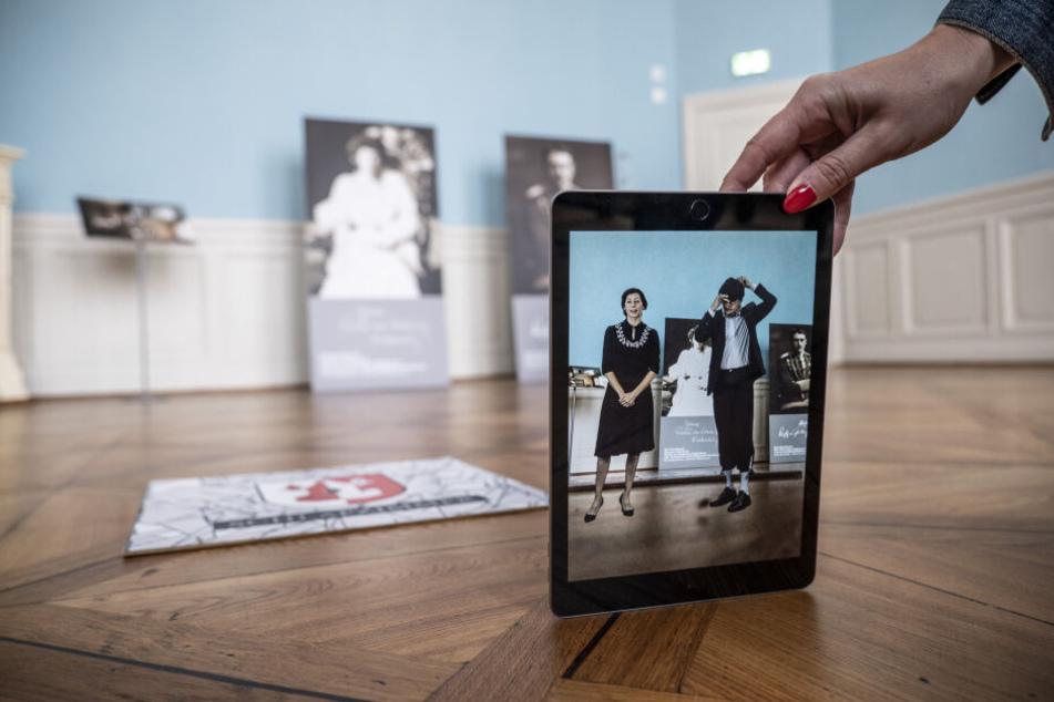 Mithilfe von Tablets können die Besucher das Schloss interaktiv erkunden. Dazu erscheint ihnen das Grafenpaar von Schönburg-Waldenburg.