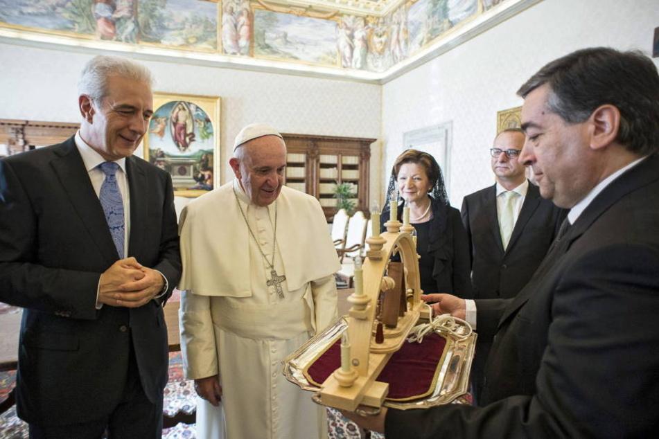 Ministerpräsident Tillich hatte dem Papst im vergangenen Jahr einen  Schwibbogen mitgebracht.