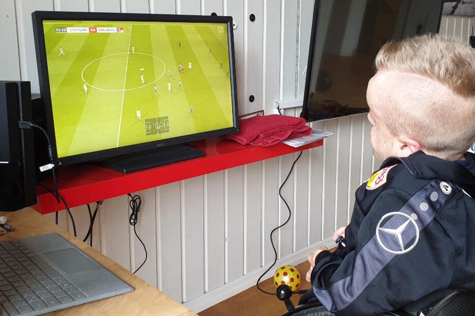 Niklas Luginsland spielt ein FIFA-Match auf der PlayStation 4 in seinem Zimmer.