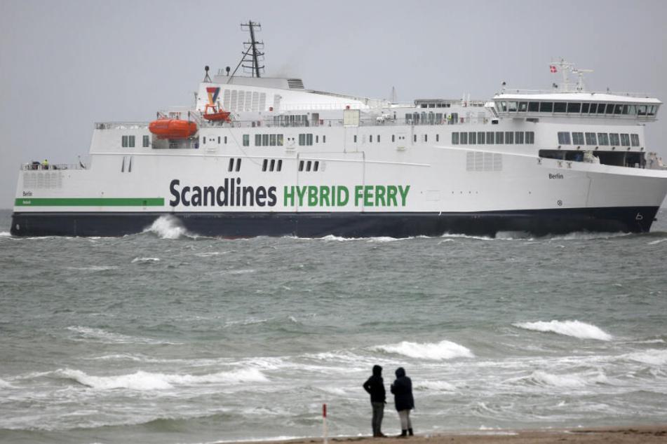 """Die Scandlines-Fähre """"Berlin"""" steuert auf den Rostocker Hafen zu."""