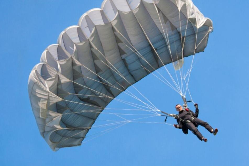 Bei der Landung stürzte der Fallschirmspringer ab. (Symbolbild)