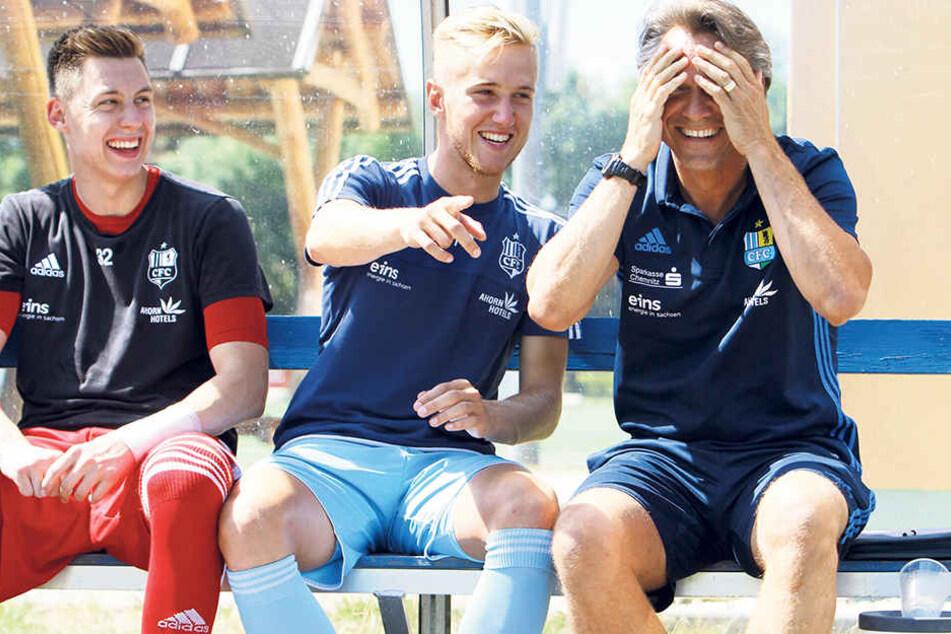 Die Laune ist super: Kevin Tittel, Alexander Dartsch und Trainer Horst Steffen (v.l.) haben viel Spaß.