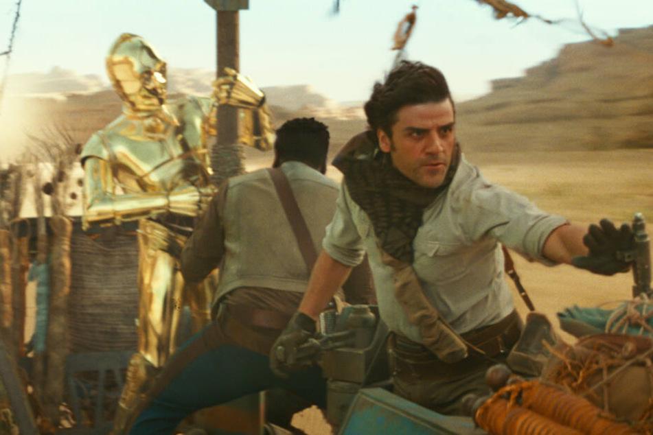 """Poe Dameron (r., Oscar Isaac) und Finn (M., John Boyega) und C-3PO (Anthony Daniels) haben alle Hände voll zu tun, um die Rebellion gegen die """"First Order"""" am Leben zu halten."""