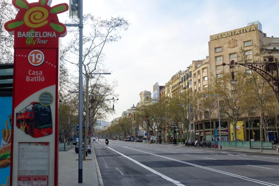 Fast niemand ist mehr in der Stadt unterwegs. Zur wirksameren Bekämpfung der Coronavirus-Epidemie verhängt Spanien einen zweiwöchigen sogenannten Alarmzustand, der auf die Einschränkung der Bewegungsfreiheit im ganzen Land hinausläuft.