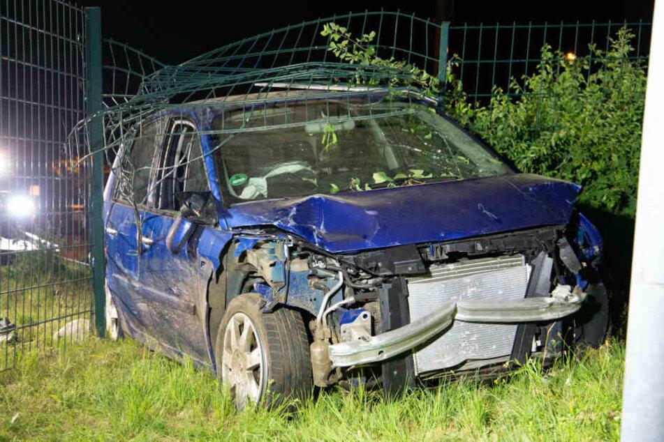 Fahranfängerin verliert Kontrolle und jagt Auto durch massiven Zaun