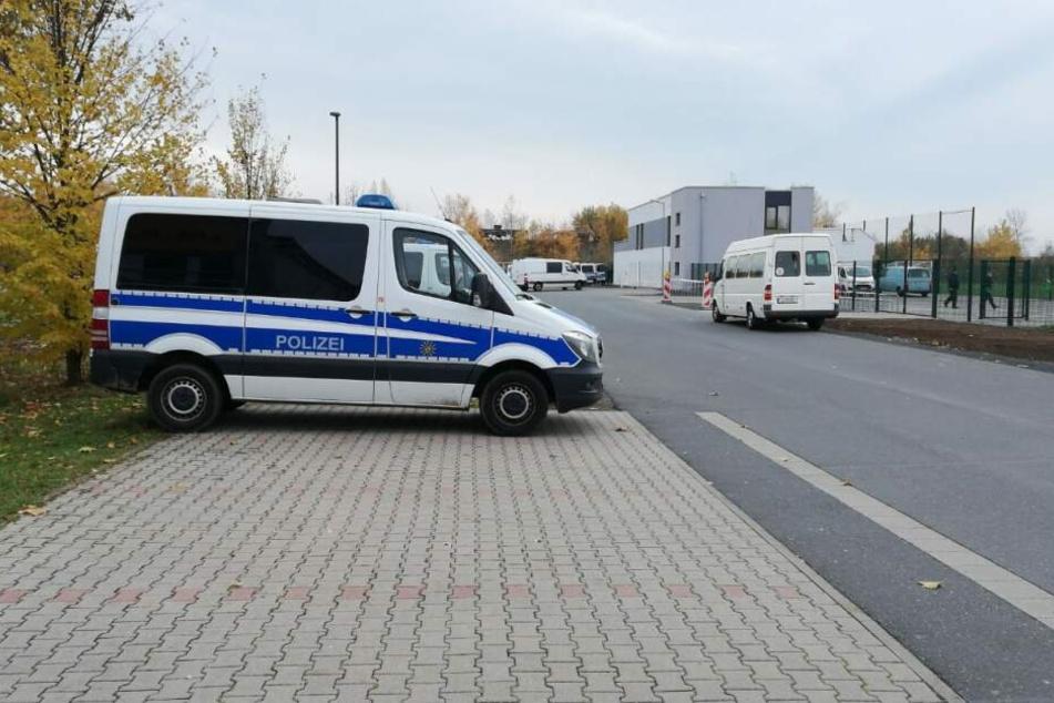 Hunderte Polizisten am Stadion in Grimma! Was ist dort los? - TAG24