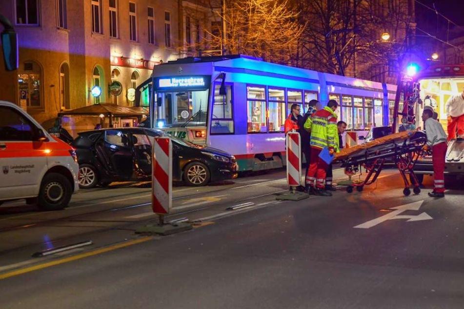 Einer der Verletzten wird in den Rettungswagen gebracht.