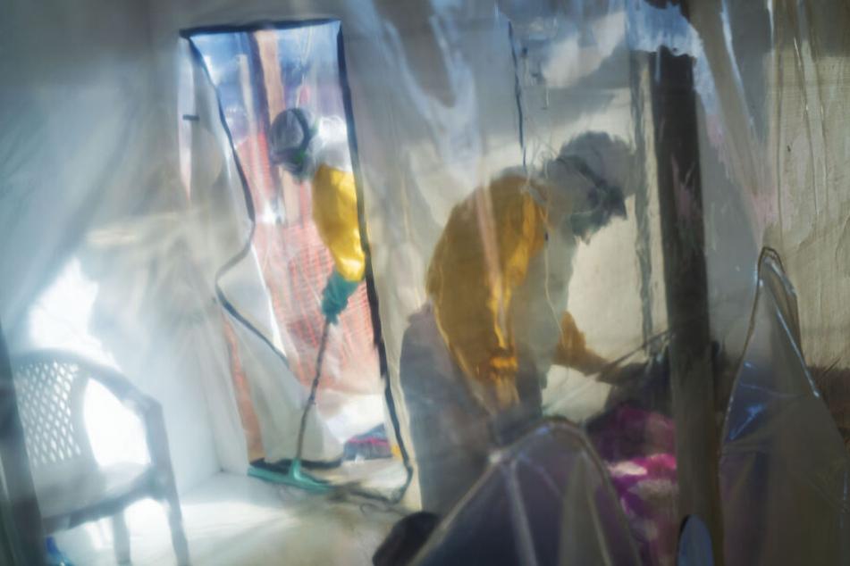 Medizinisches Personal in Schutzanzügen versorgt an Ebola erkrankte Patienten.