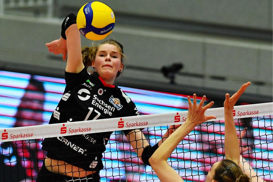 DSC-Ass Camilla Weitzel (20) schmettert den Ball am Block der Stuttgarterin Mira Todorova vorbei.