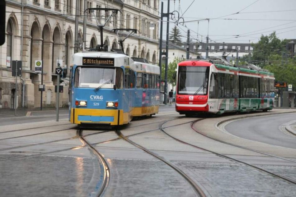 Vor dem Bahnhof stauen sich Straßenbahnen.