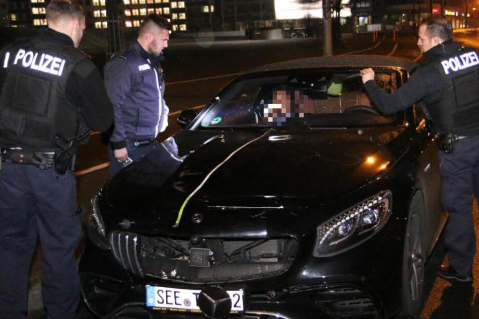 Die Polizei am Luxus-Unfallwagen