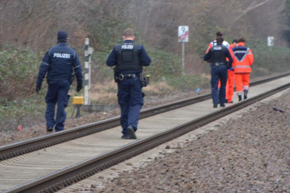 Rettungskräfte und Polizisten begeben sich zur erfassten Person.