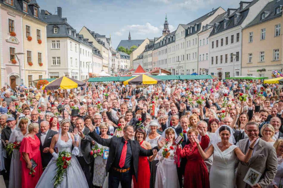 Bürgermeisterwette in Schneeberg: 50 Hochzeitspaare sollten zusammenkommen. Endstand: 75 Pärchen mit Hochzeitsoutfits und Fotos.