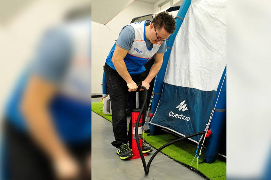 Camping-Experte Daniel Rudolph (32) von Decathlon pumpt ein Luftzelt auf. Die sind derzeit schwer angesagt.