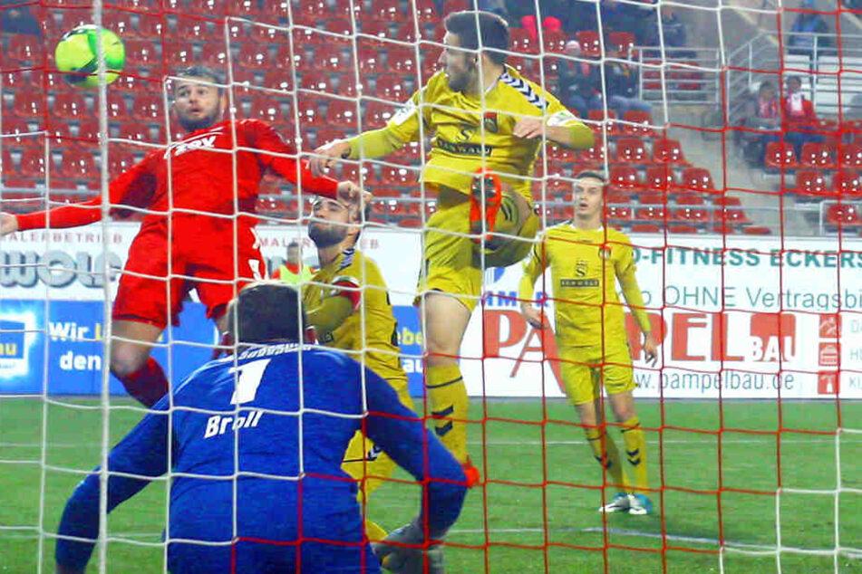 Fast wie sein Idol Mario Gomez! Zwickaus Fabian Eisele (rotes Trikot) kann's auch, trifft hier gegen den Großaspacher Schlussmann Kevin Broll per Kopf.