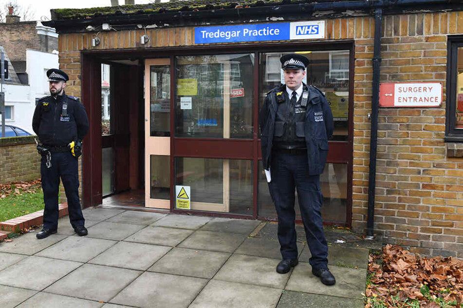 Polizeibeamte stehen am Eingang des betroffenen Gesundheitscenter im Londoner Bezirk Tower Hamlets.