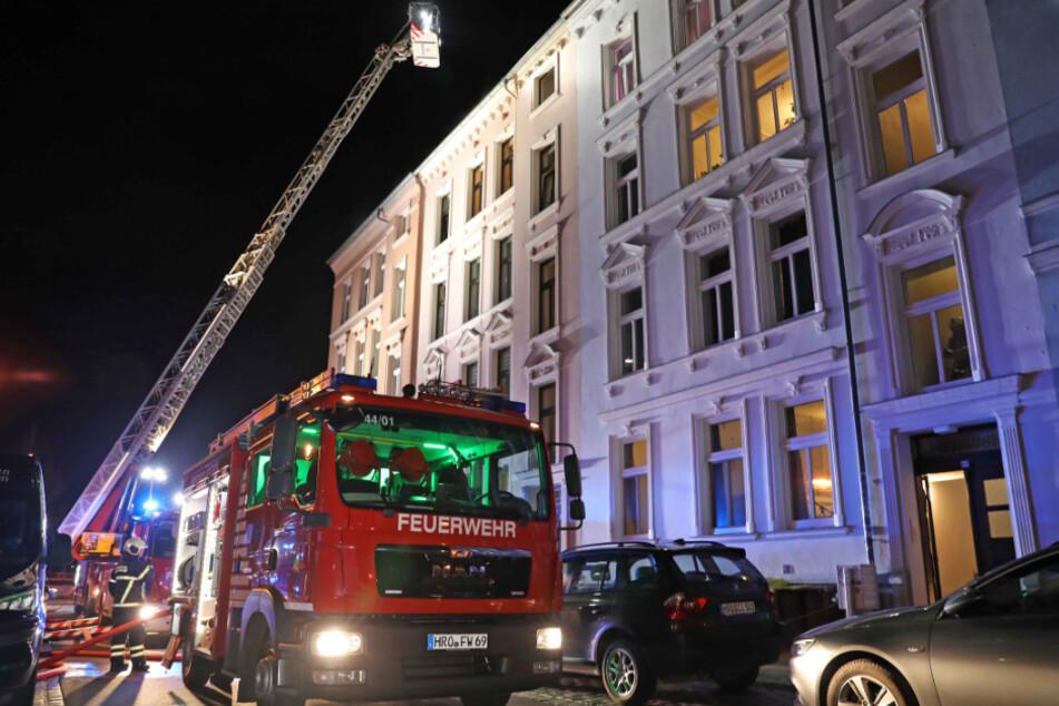 Der Leiterwagen der Feuerwehr war in Rostock im Einsatz.