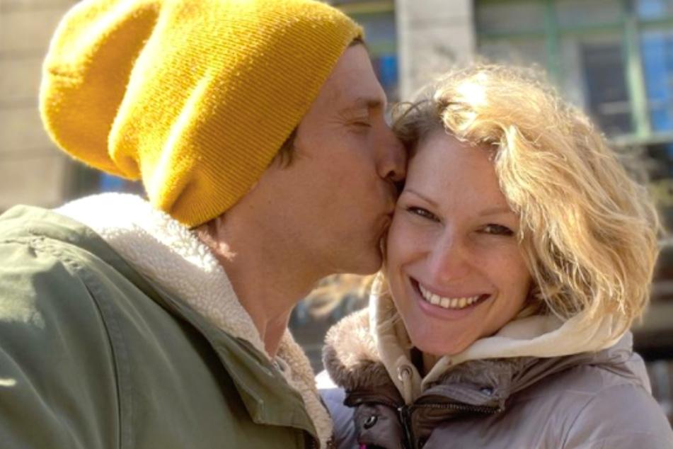 Peer Kusmagk (45) macht seiner Janni Hönscheid (30) eine süße Liebeserklärung.
