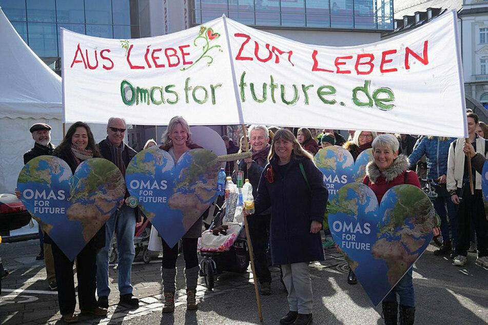 """Mit dem Herzen dabei: Die """"Omas for Future"""" mischen auf Klimademos und Kundgebungen kräftig mit. Ihre positive Grundstimmung soll dabei durchaus ansteckend wirken."""