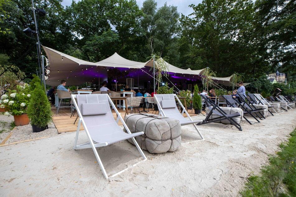 """""""Deck 16"""" heißt die neue Location mit Strandfeeling, Liegestühlen und Sonnensegel in Königstein."""