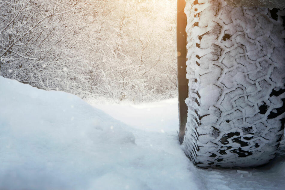 Eine russische Familie fuhr mit ihrem Wagen über einen zugefrorenen Fluss. (Symbolbild)
