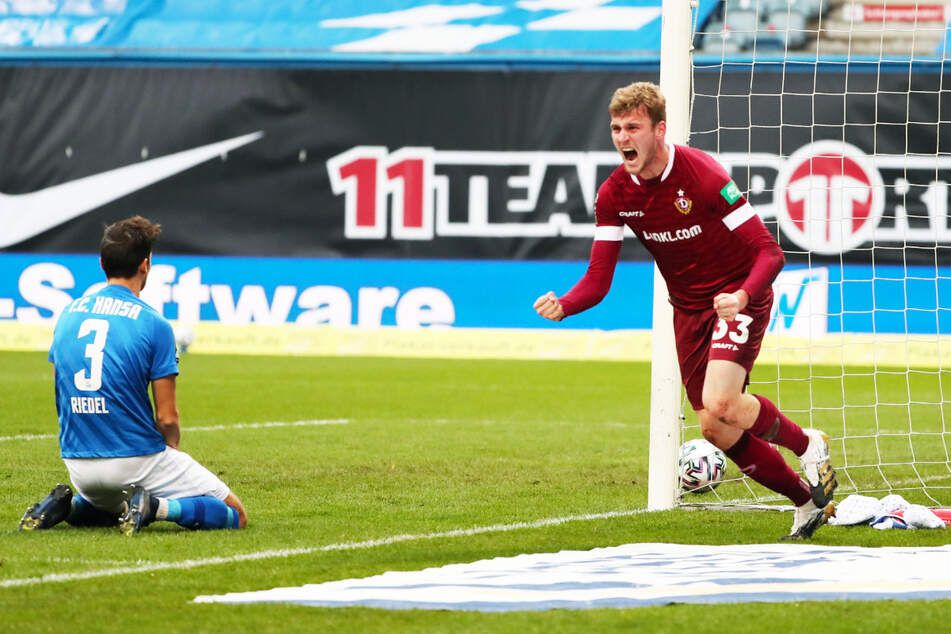 Dynamos Christoph Daferner jubelt nach seinem 1:0 bei Hansa Rostock. Am Ende hieß es 3:1 für die SGD. Ostersonntag steigt das Rückspiel im Harbig-Stadion zwischen dem Tabellenführer und dem Zweiten.