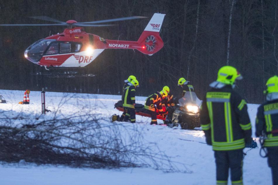 Schwerer Arbeitsunfall im Erzgebirge: Mann unter Baum begraben