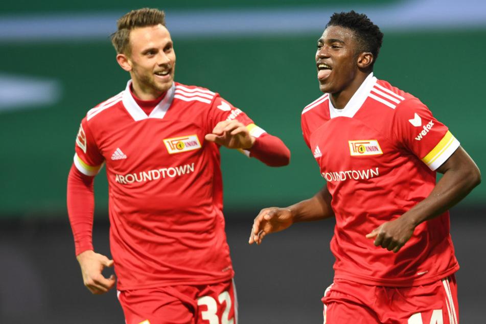 Marcus Ingvartsen jubelt mit Taiwo Awoniyi (r.) nach seinem Treffer zum 2:0.