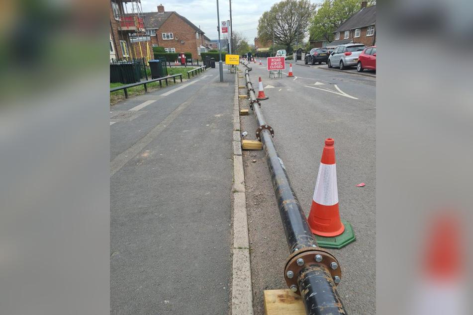 Dieses Foto zeigt Rohren einer Pumpe, die für den Einsatz zum Entfernen des Fettkloßes aus dem Kanal verlegt werden.