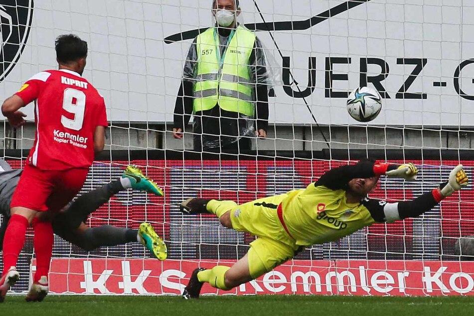 Bitteres Eigentor von Steffen Nkansah (l.)! FSV-Torwart Johannes Brinkies (l.) konnte den Ball nicht mehr halten.