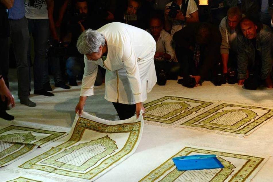 Initiatorin Seyran Ates legt in der liberalen Moschee ihren Gebetsteppich bereit.