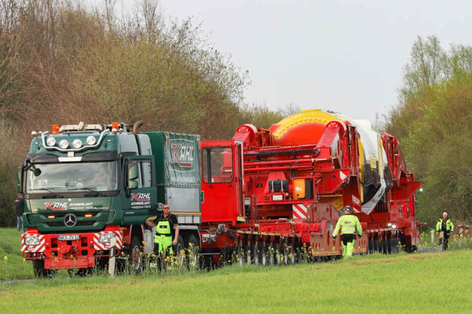 Der Schwerlasttransporter am Samstag auf der L93.