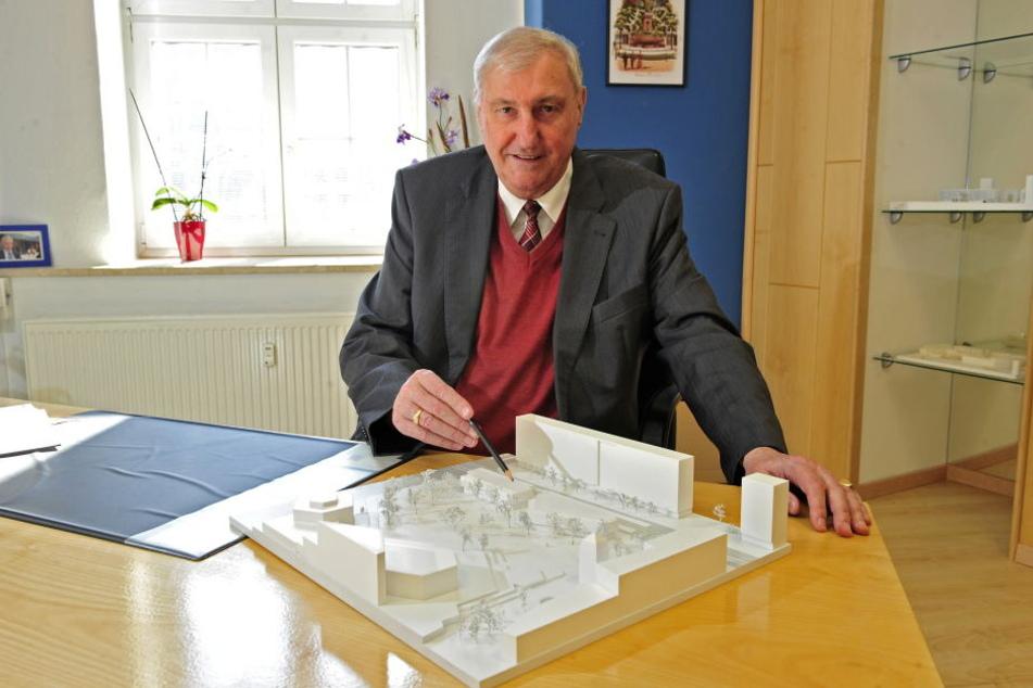 Bauunternehmer Claus Kellnberger (74) hatte extra ein Modell seiner Vision für den Stadthallenpark angefertigt.