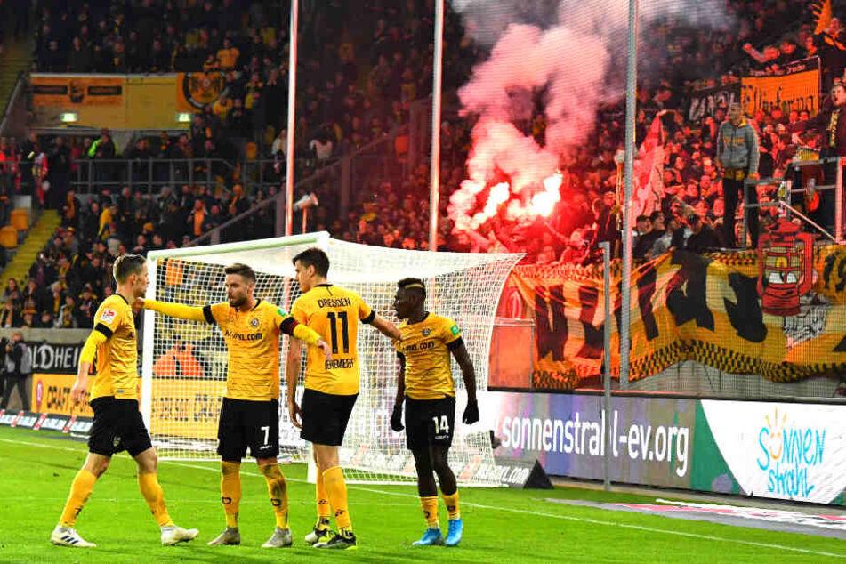 Nach dem Treffer gegen Wehen Wiesbaden flogen Böller in den Strafraum.