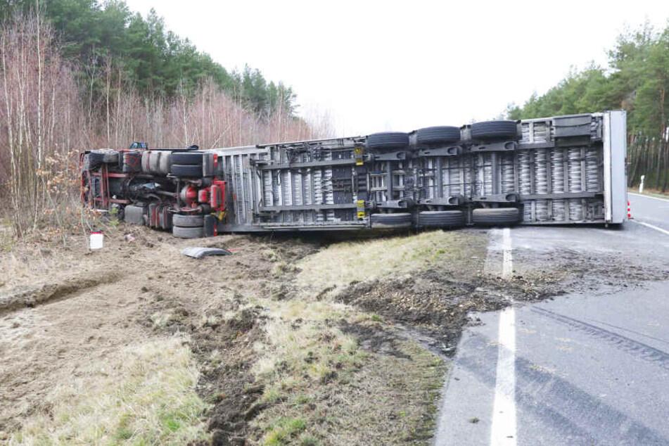 Laster kippt auf B156 um: zwei Verletzte, Straßensperrung bis zum Abend!