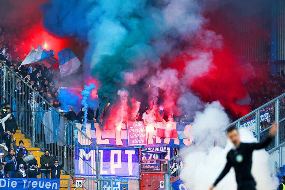 Blauer und weißer Rauch qualmte zu Beginn des Bochum-Spiels am 4. Dezember 2016 im Gästeblock auf.