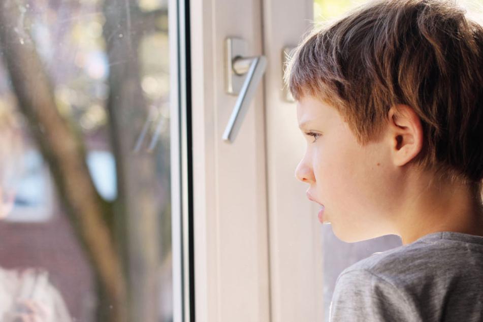 Ein neunjähriger Junge ist bei der Ferienfreizeit in nordrhein-westfälischen Sonsbeck aus dem Fenster gestürzt (Symbolbild).